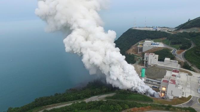 한국항공우주연구원은 8일 전남 고흥 나로우주센터에서 한국형발사체에 들어갈 75t급 액체엔진을 75초 동안 연소시키는 데 성공했다. 3000도의 열기를 식히기 위해 뿌려준 물 때문에 거대한 수증기 기둥이 솟구치고 있다. - 한국항공우주연구원 제공